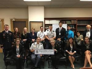 Madeleine Albright (sujetando el cartel) junto al grupo de estudiantes, académicos y cadetes con los que participé en SCUSA, West Point
